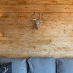 Wohnzimmer Ferienwohnung Braunlage mit rustikaler Holzwand
